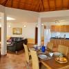 Excelente equipamiento y amplitud: el espacioso salón-comedor con cocina abierta.