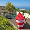 Parque infantil propio, con cajón de arena, columpio, trampolín y otros juegos