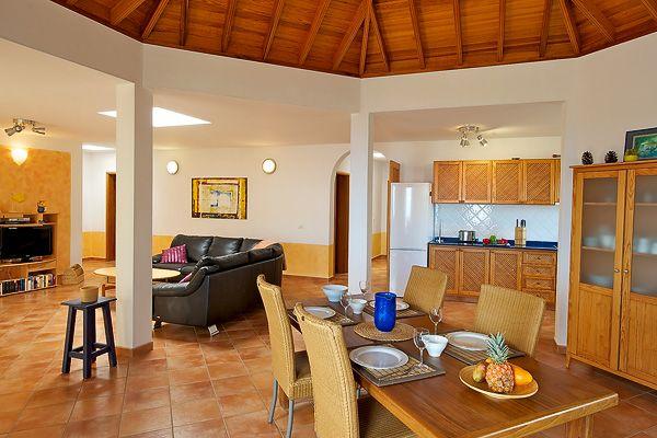 Top-Ausstattung und viel Luft zum atmen: der weiträumige Wohn- und Essraum mit halboffener Küche.