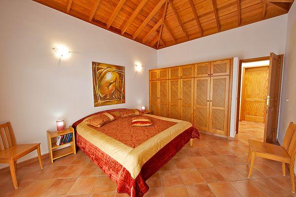 Eines von mehreren Schlafzimmern (für kleinere Kinder stehen zudem hochwertige Kinderbetten zur Verfügung)
